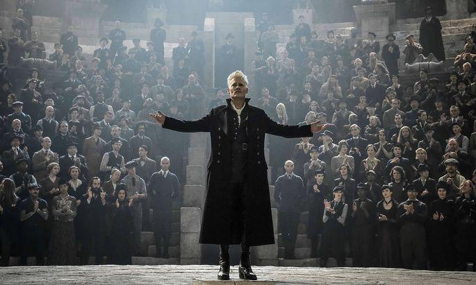 Johnny Depp als Grindewald - hier versammelt er seine Anhänger.
