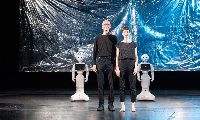 Theoretiker Oliver Schürer und Tänzerin Eva-Maria Kraft mit den beiden Pepper-Robotern, die heute und morgen im Volkstheater sind.
