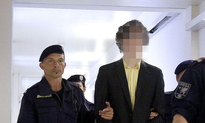 Josef S. am Dienstag auf dem Weg zum Gerichtssaal. Später verließ er das Gebäude trotz eines Schuldspruchs auf freiem Fuß.