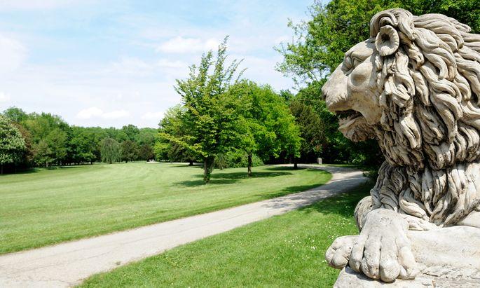 Eine der zwei Löwenskulpturen vor der Löwenbrücke im Schlosspark in Laxenburg.