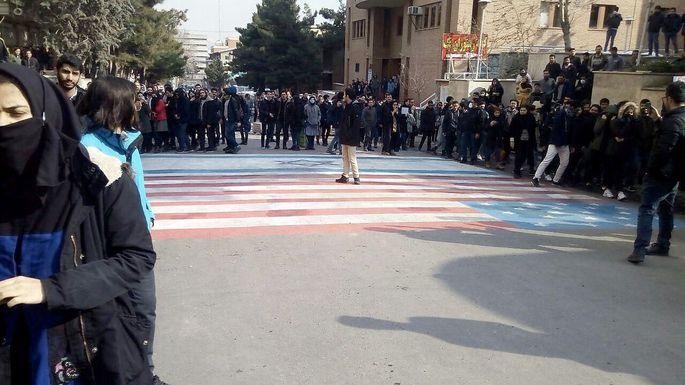 Die Flaggen der USA und Israels werden demonstrativ nicht überschritten, sondern freigehalten