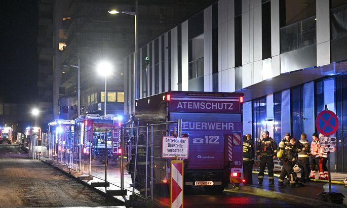 Die Feuerwehr rückte mit 99 Mann in 27 Fahrzeugen aus.