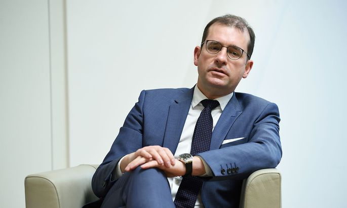 """Geborgenheit findet BIG-Chef Hans-Peter Weiss auch auf der """"viel zu großen Couch, auf der die ganze Familie bequem knotzen kann""""."""