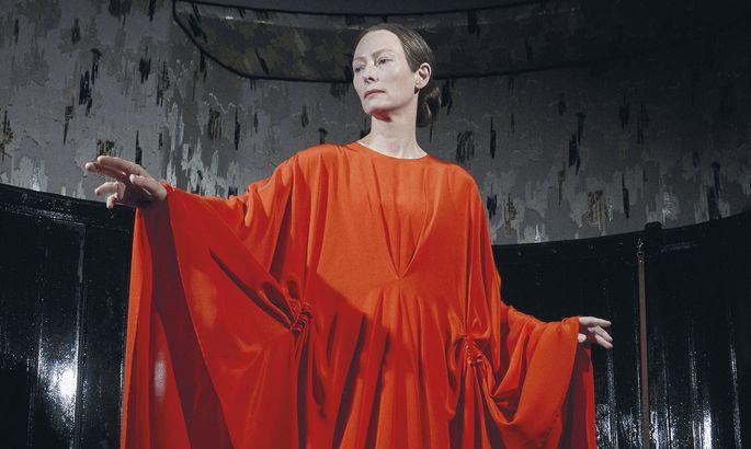 Tilda Swinton als Madame in einer hexenhaften Frauen-WG.