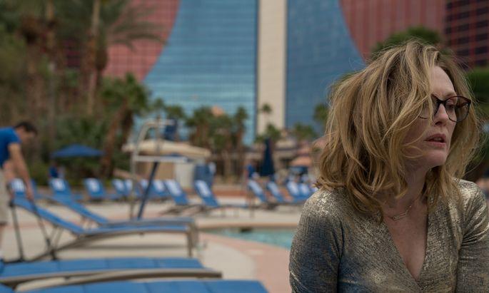 Nach einer durchzechten Nacht wacht Gloria (Julianne Moore) an einem fremden Hotelpool auf.