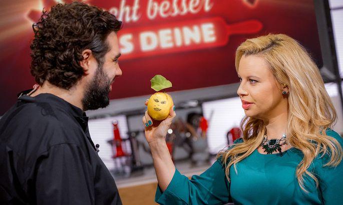 """Katharina Straßer und Koch Konstantin Filippou konnten nicht genügend Seher an ihre Sendung """"Meine Mama kocht besser als deine"""" binden."""