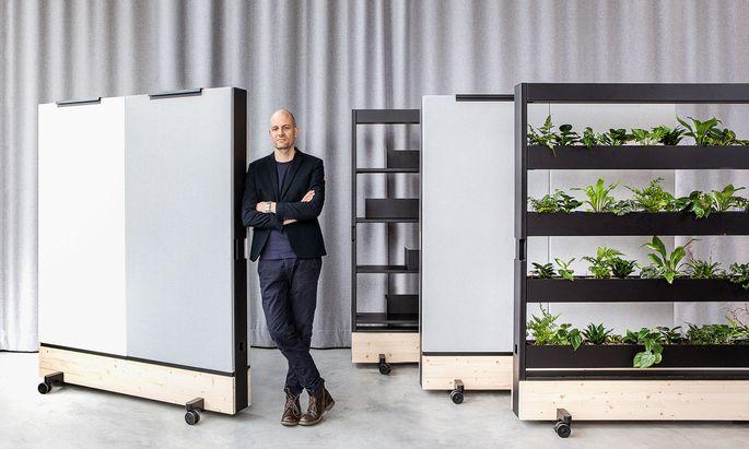 Stephan Hürlemann mit den Dancing Walls: Rollregale, die je nach Bedarf Regal, Garderobe, Pinnwand oder Pflanzenwand sind.