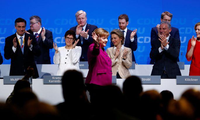 Beim CDU-Parteitag in Berlin-Kreuzberg läuft alles nach Plan für Angela Merkel und die neue Generalsekretärin, Annegret Kramp-Karrenbauer (im weißen Blazer).