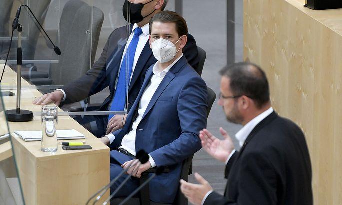 In die Debatte um den Grünen Pass platzte Christian Hafenecker (FPÖ, rechts) mit einem Vorwurf an Kanzler Kurz (ÖVP).