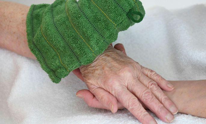 Während sich viele Senioren impfen lassen, ist die Quote bei ihren Pflegern mit 30 Prozent gering.