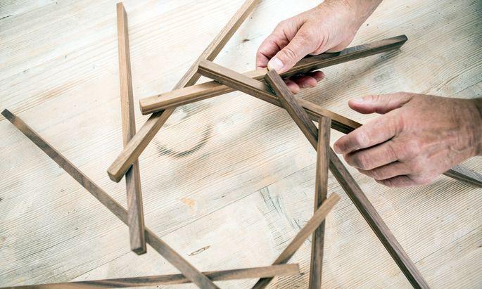"""Spiel der Kräfte. Der Tischler Arnold Meusburger kreierte den """"Selbsttragenden Kreis"""" aus Ahornholz."""