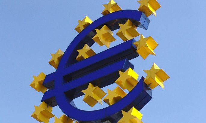 Symbol Euro Logo vor der Europaeischen Zentralbank