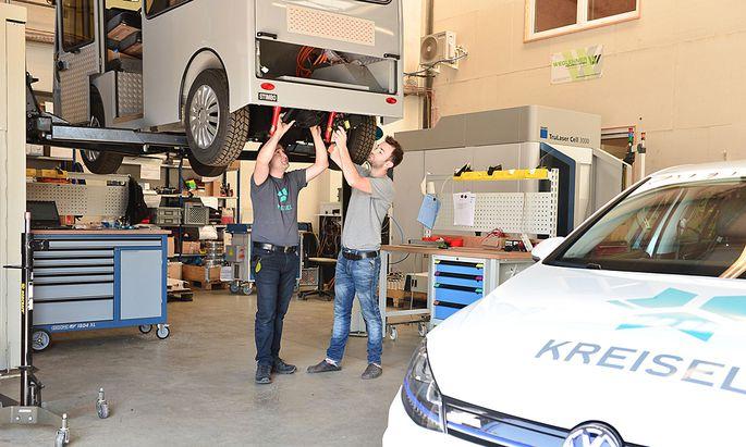 Johann und Philipp Kreisel schrauben am Stimbo.