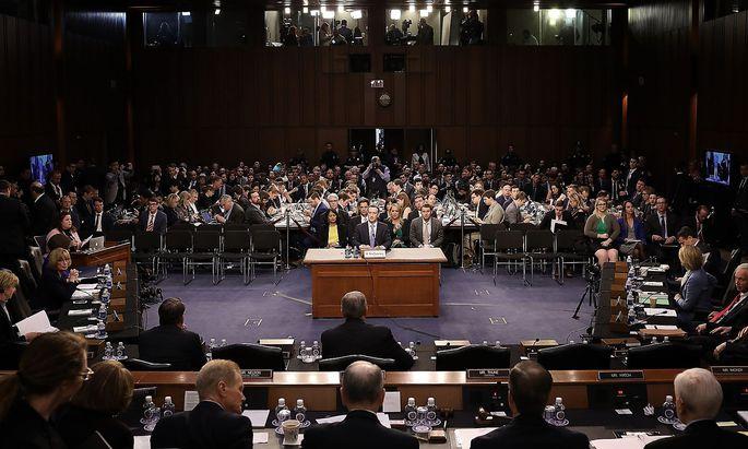 Facebook-Vorstandschef Mark Zuckerberg muss sich im Datenskandal den kritischen Fragen der US-Abgeordneten stellen.