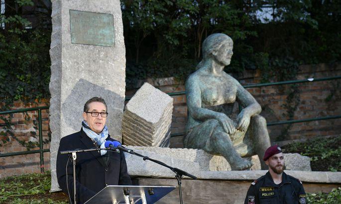 """Enthüllt von Vizekanzler Strache: das nicht unumstrittene Denkmal """"Trümmerfrauen"""" – auf privatem Grund."""
