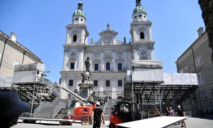 Aufbauarbeiten für die 'Jedermann'-Bühne. Am Samstag ist es soweit, das Vorspiel der Festspiele steht an.
