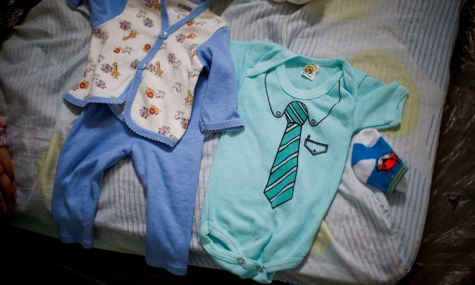 Symbolbild: Kleindung Neugeborener