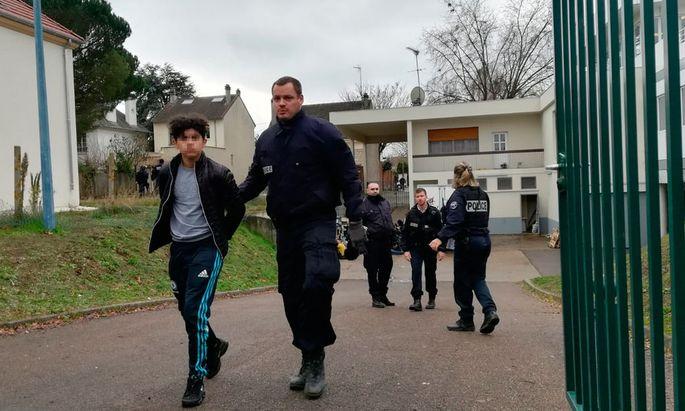Ein Schüler in Mantes-la-Jolie wird abgeführt.