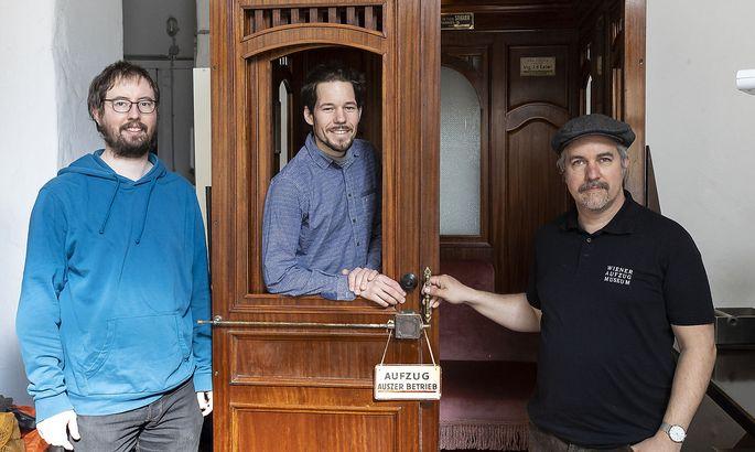 Ein Aufzug steht derzeit im Café Comet – bald will Cristian Tauss (m.) für die Fahrstühle, die er mit Ragnar Bartuska (l.) und Roman Kratky hergerichtet hat, ein Aufzugcafé eröffnen.