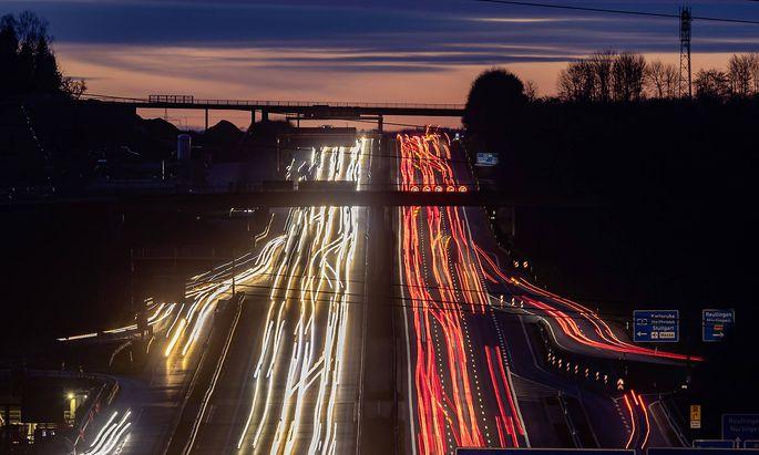 DEU, Deutschland, Baden-Wuerttemberg, Wendlingen, 21.02.2020: Autobahn im Abendlicht mit Lichtspuren. A8 bei Wendlingen.