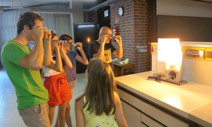 Workshops sind bei Sommerunis besonders beliebt. In Innsbruck wurden etwa Spektroskope selbst gebaut und ausprobiert.