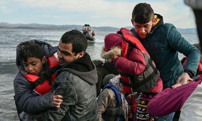 Flüchtlinge aus Afghanistan landen am Freitag auf der griechischen Insel Lesbos.