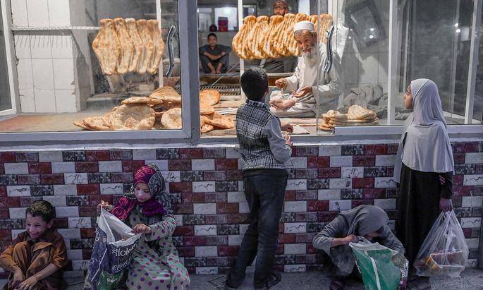 TOPSHOT-AFGHANISTAN-ECONOMY-PEOPLE