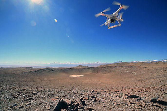 Um Meteoritenkrater wie den hier abgebildeten von Monteraqui in Chile zu finden, ist regelrechte Detektivarbeit notwendig, bei der auf Satellitenbildern nach Hinweisen auf einen Einschlag gefahndet wird.