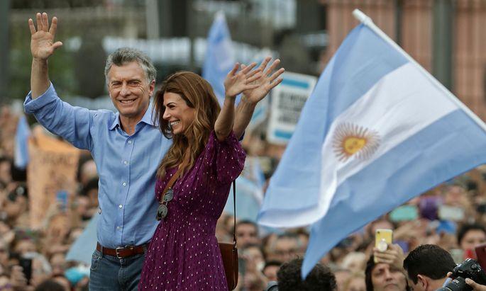 Präsident Macri und seine Frau verabschieden sich. Kurz vor Ende seiner Amtszeit wurde ein Abkommen mit Österreich fixiert.