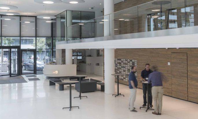 Axolotl-Forscher legen im Foyer des IMP eine Pause ein