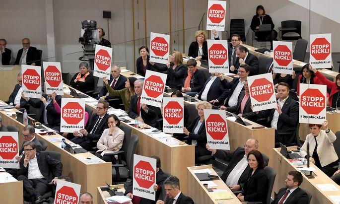 Alle drei Oppositionsparteien forderten am Mittwoch die Ablöse von Minister Kickl, die SPÖ auch mithilfe von Plakaten.