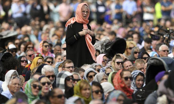Viele Neuseeländerinnen nahmen am Freitag mit Kopftüchern an der Trauerfeier für die Terroropfer in Christchurch teil.