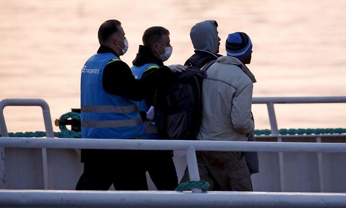 Archivbild zweier Frontex-Beamter auf der griechischen Insel Lesbos.