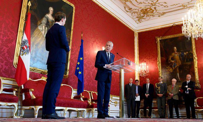ÖVP-Chef Sebastian Kurz (l.) erhielt am Montag in der Hofburg den Regierungsbildungsauftrag von Bundespräsident Alexander Van der Bellen.
