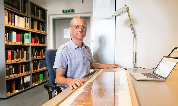 Der Papyrologe Federico Morelli arbeitet akribisch die aus 180.000 Stücken bestehende Papyrussammlung in Wien auf.