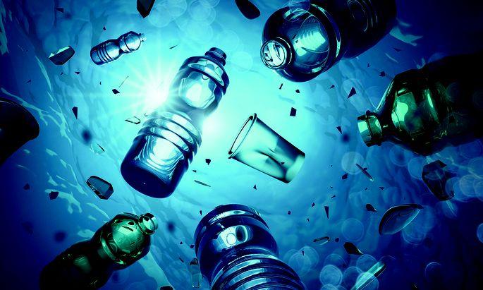 Müll. Zum Ozean aus Mikroplastik trägt der Siegeszug der PET-Flasche entscheidend bei. Zumindest Europa übt sich zunehmend im Verzicht dieses leichten Gebindes.
