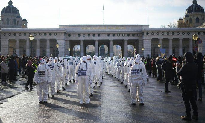 """Die """"Phantome"""", wie sich diese Aktionisten nennen, die mit Performances oder Hitlergruß-Bildern aus Braunau prominent wurden, kamen nach Wien."""