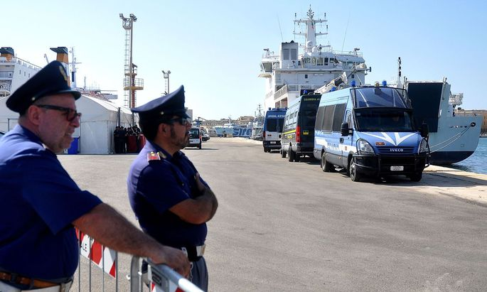 Archivbild. Die Polizei wartete Mitte Juli in Trapani auf Sizilien auf die Ankunft eines Rettungsschiffes mit über 60 Migranten an Bord.
