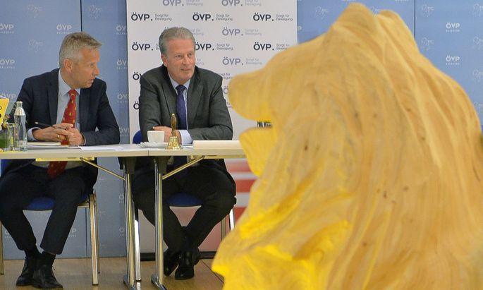 ÖVP-Beratungen am Tag eins nach dem Abgang von Bundeskanzler Werner Faymann: Klubobmann Reinhold Lopatka und Parteichef Reinhold Mitterlehner (von links) vor Beginn des ÖVP-Bundesvorstands in Salzburg.