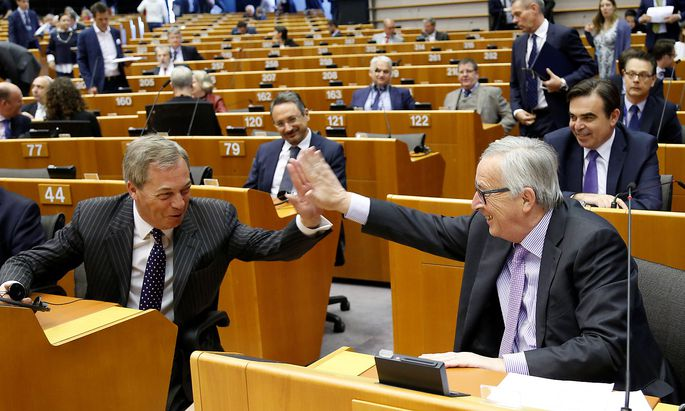 """Nigel Farrage (li.) hat gut lachen - Großbritannien muss das neue Budget der EU ab 2021 nicht mehr mittragen. EU-Kommissionspräsident Jean-Claude Juncker (re.) nennt die Budgetpläne """"vernünftig""""."""