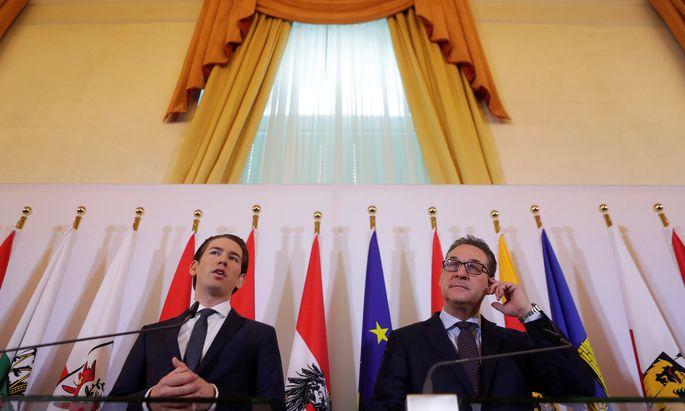 Sebastian Kurz (l.) und Heinz-Christian Strache warben am Dienstag im Kongresssaal des Bundeskanzleramts für ihre Regierungsvorhaben.