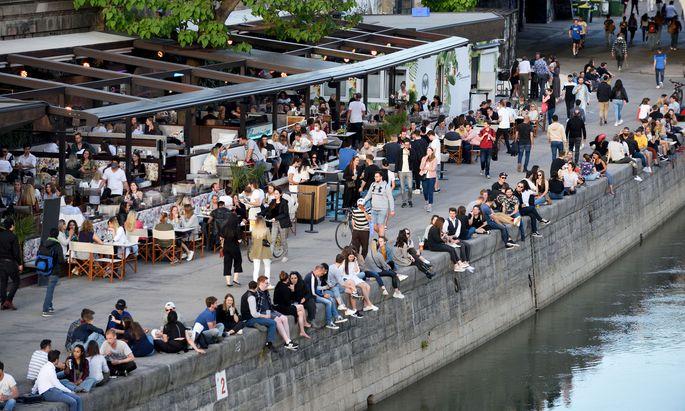Tausende treffen sich nach der Sperrstunde am Donaukanal. Eine möglichst rasche Öffnung der Clubs könne eine Lösung sein, so Nachtgastro-Sprecher Ratzenberger.