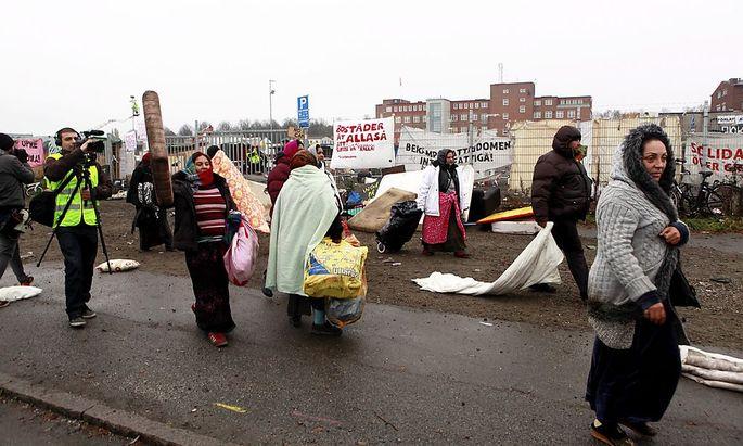 Die schwedische Polizei räumt ein illegales Flüchtlingslager bei Malmö.