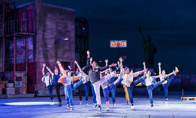 """Die """"Jets"""" am Werk: Bei der """"West Side Story"""" in Mörbisch mangelt es nicht an eindrucksvollen Choreografien. Im Hintergrund zu erahnen: die Freiheitsstatue des Neusiedler Sees."""