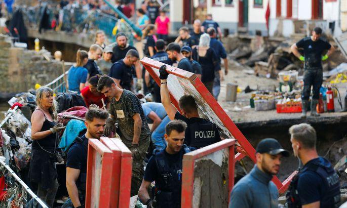 Viele Freiwillige helfen in Deutschland dabei, das Chaos zu beseitigen.