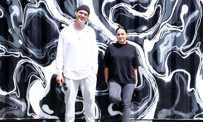 Künstlerduo unweit von dem einstigen Kletterturm am Donaukanal, der heute schon bunt sein wird: Andreas von Chrzanowski (Case Maclaim) und seine Frau, Samira.