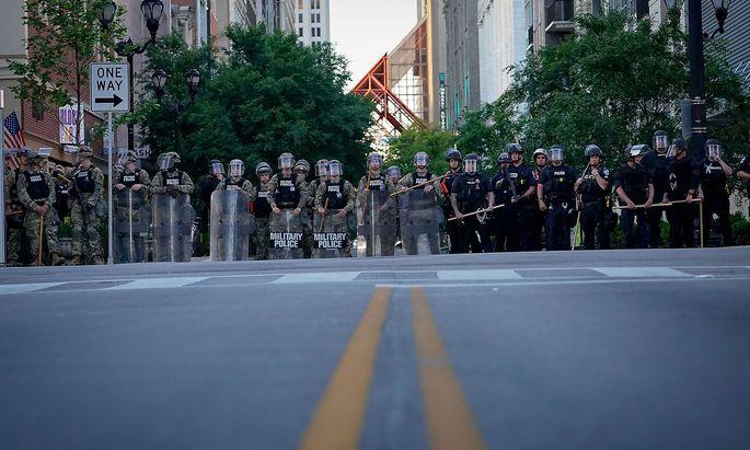Soldaten, Nationalgarde und Polizei am Rande von Protesten am Sonntag in Louisville, Kentucky.