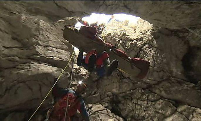 Die letzten Meter: Johann Westhauser ist nach der erfolgreichen Rettung aus der Riesending-Schachthöhle auf dem Weg der Besserung.