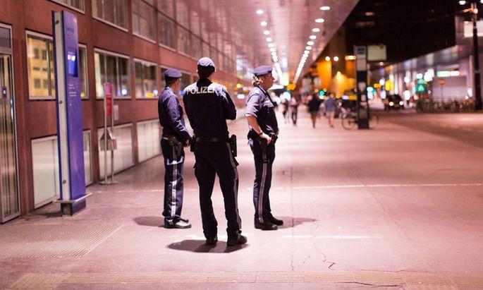 Der Innsbrucker Hauptbahnhof wird seit 10. April nahezu rund um die Uhr von elf Polizisten bewacht.