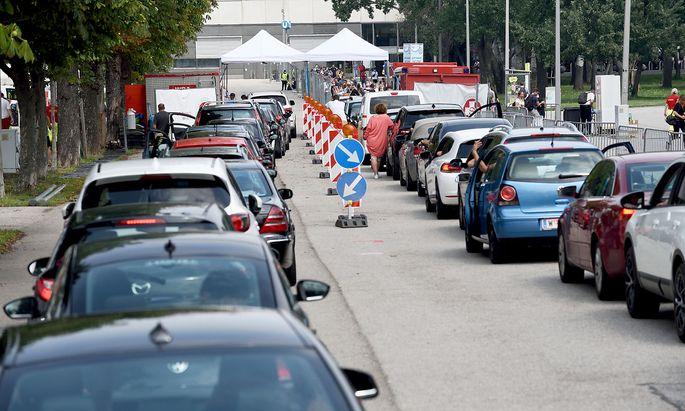 """Stundenlanges Warten am Montag vor dem """"Corona-Test-Drive-In"""" beim Ernst-Happel-Stadion."""